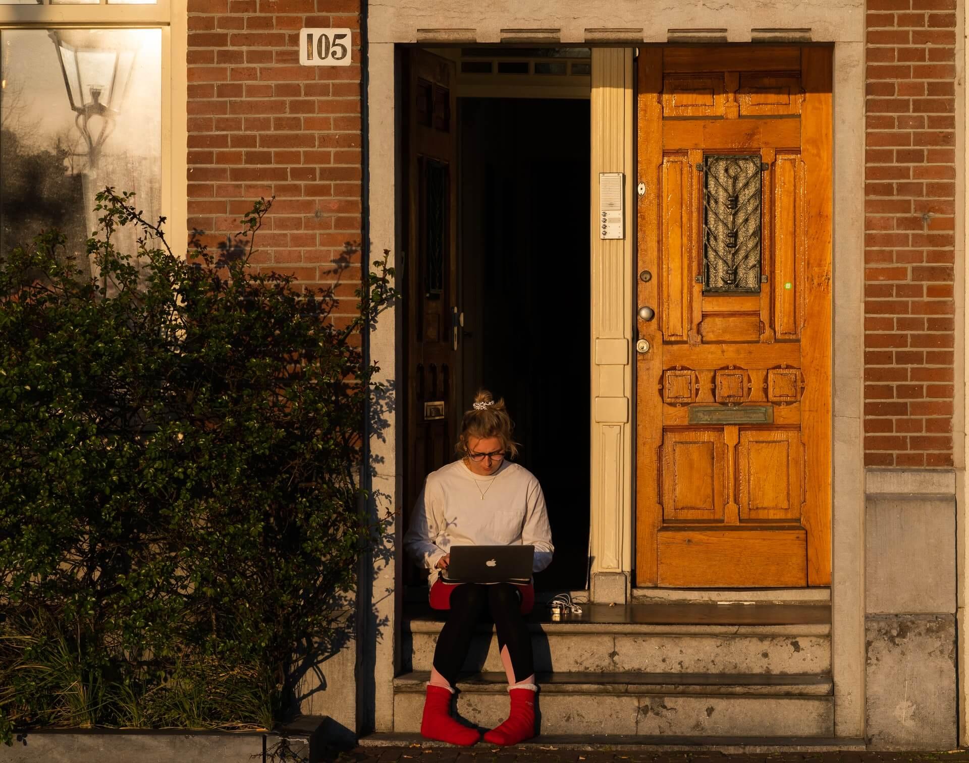 Femme écrivant dans sur un perron - Photo by Callum T on Unsplash